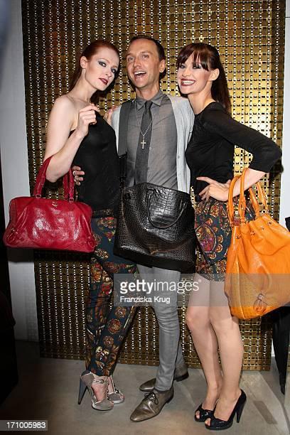 Hubertus Regout Mit Models Bei Der Präsentation Der Herbst-Winter-Kollektion Von Mcm Bei Vogues Fashion'S Night Out In Berlin