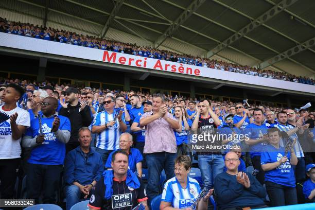 Huddersfield Town fans applaud Arsene Wenger manager of Arsenal in the 22nd minute during the Premier League match between Huddersfield Town and...
