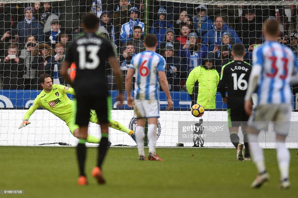 Huddersfield Town's Dutch midfielder Rajiv van La Parra (2R) scores the penalty goal past Bournemouth's Bosnian-Herzegovinian goalkeeper Asmir Begovic (L) during the English Premier League football match between Huddersfield Town and Bournemouth at the John Smith's stadium in Huddersfield, northern England on February 11, 2018. / AFP PHOTO / Oli SCARFF / RESTRICTED TO EDITORIAL USE. No use with unauthorized audio, video, data, fixture lists, club/league logos or 'live' services. Online in-match use limited to 75 images, no video emulation. No use in betting, games or single club/league/player publications. /