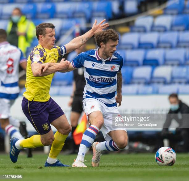 Huddersfield Town's Jonathan Hogg Reading's John Swift during the Sky Bet Championship match between Reading and Huddersfield Town at Madejski...