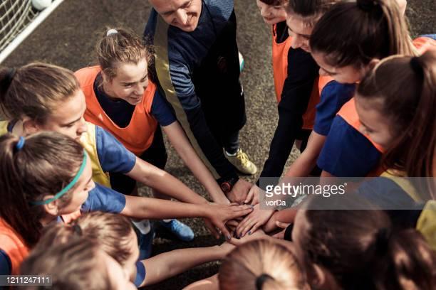 huddling - club de fútbol fotografías e imágenes de stock