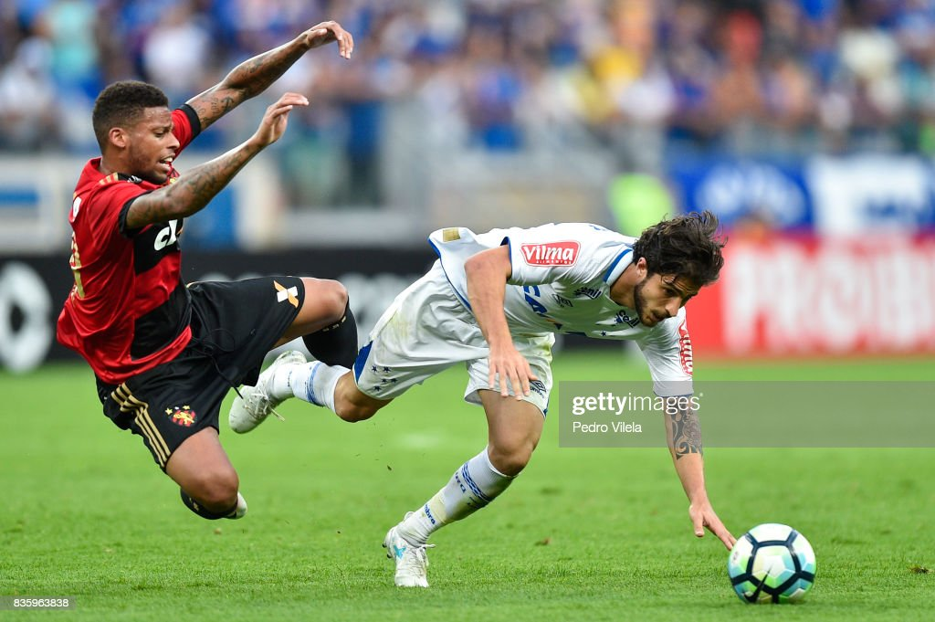 Hudson #25 of Cruzeiro and Andre #90 of Sport Recife battle for the ball during a match between Cruzeiro and Sport Recife as part of Brasileirao Series A 2017 at Mineirao stadium on August 20, 2017 in Belo Horizonte, Brazil.