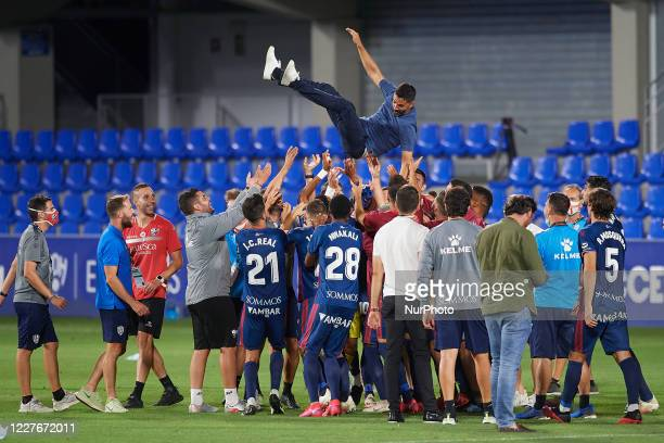 Huesca players celebrate promotion to the first division league after the La Liga Smartbank match between SD Huesca and CD Numancia at estadio El...