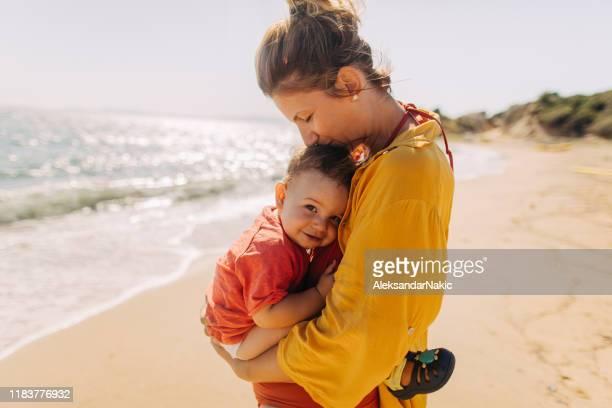 umarmung für meinen kleinen jungen - baby stock-fotos und bilder