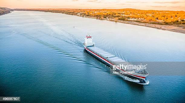 Gran barco de carga al río Hudson
