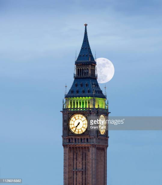 huge clock tower - 時計台 ストックフォトと画像