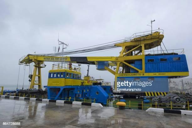 huge crane at batumi port. - emreturanphoto stock-fotos und bilder