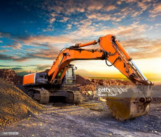 escavadeira enorme à noite. - escavadora mecânica - fotografias e filmes do acervo