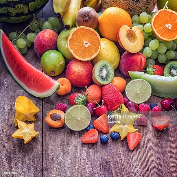 大きなのグループ木を背景にした新鮮なフルーツ