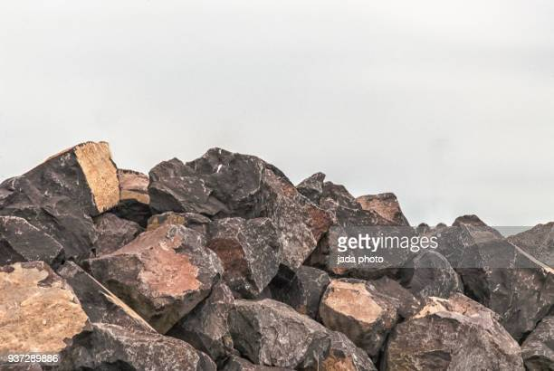 huge heap with boulders - wall building feature stock pictures, royalty-free photos & images