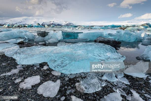 huge icebergs washed onto the shore - 氷河湖 ストックフォトと画像