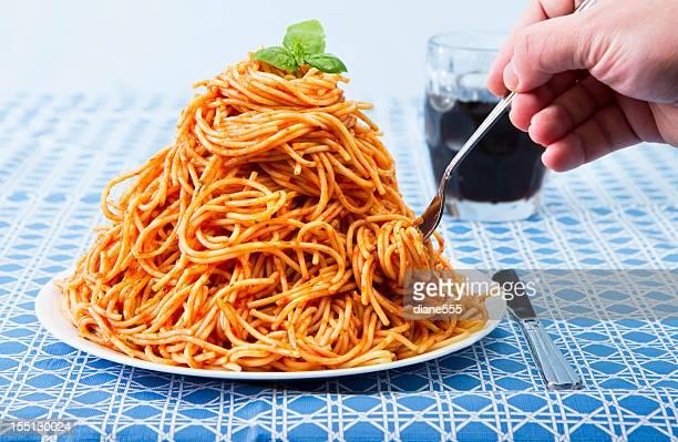 Enorme pila di Spaghetti su piatto