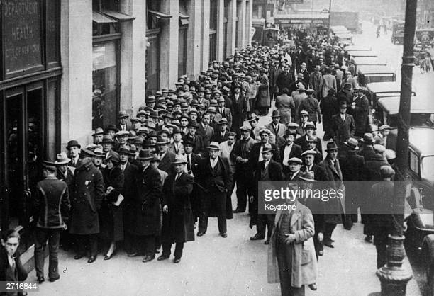 Huge queue outside the Board of Health offices in Centre Street, New York, for licences to sell alcohol shortly after the repeal of prohibition. The...