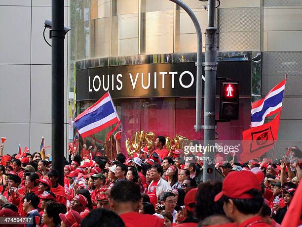 CONTENT] Huge 'red shirt' demonstration at Bangkok's retail centre in Ratchaprasong intersection There are approximately 70000 in attendance
