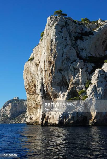 huge rock in mediterranean sea - bernard grua photos et images de collection