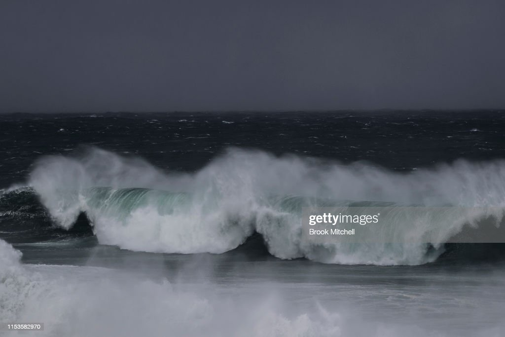 Large Swells Hit Sydney Beaches As Severe Weather Warning Is Issued For NSW Coast : Fotografía de noticias