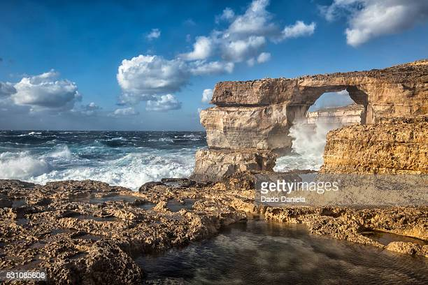 huge waves and coastline - dwejra stock-fotos und bilder