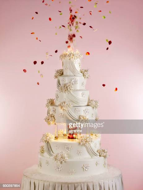 huge wedding cake - wedding cake foto e immagini stock