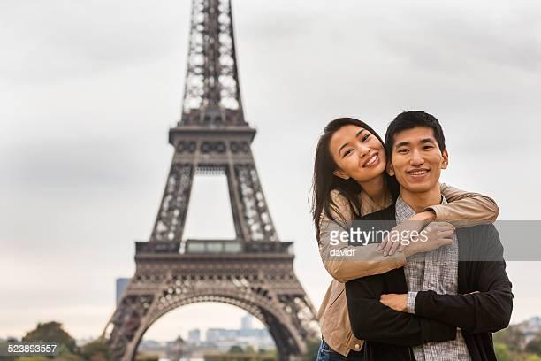 Couple asiatique près de la Tour Eiffel, à Paris