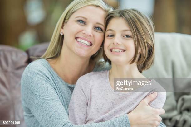 Ihre Tochter umarmt