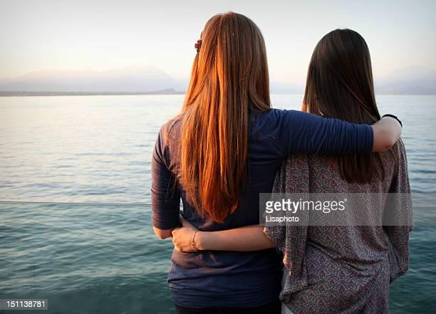 hugging women - femme brune de dos photos et images de collection