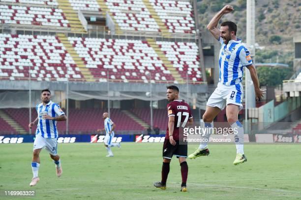 Hugo Campagnaro of Pescara Calcio celebrates after scoring the 1-1 goal, as Emmanuele Cicerelli of US Salernitana reacts during the Serie B match...