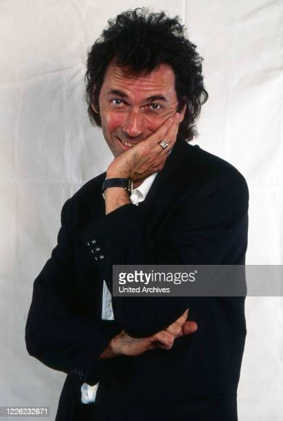 """Hugo Egon Balder, deutscher Moderator, Produzent, Sänger und Schauspieler, hier als Produzent der RTL Show """"April, April"""" in Köln, Deutschland 1995"""