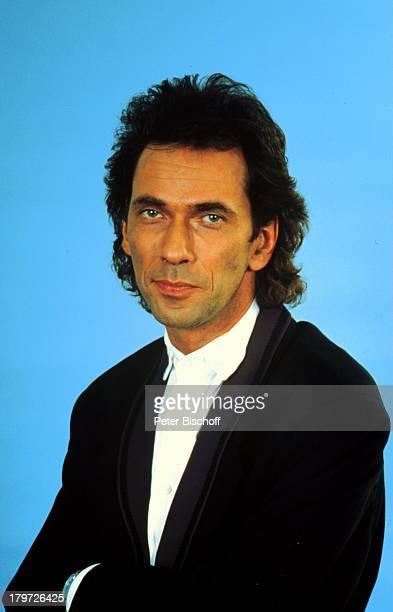 Hugo Egon Balder Porträt 22 März 1950Sternzeichen Widder weißes Hemd schwarzer Anzug Moderator Showmaster Promis Prominenter Prominente