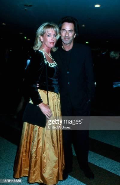 Hugo Egon Balder und Ehefrau bei der Verleihung des Telestar 1998 in Köln, Deutschland 1998 im Maritim Hotel(.