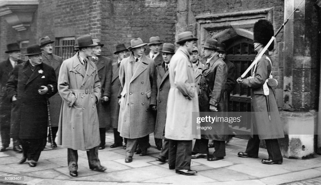 Hugo Meisl with the Austrian national soccer team in front of a sentry of the St, Jame?s Palace, Photograph, England, London, Dec, 4th 1932 : News Photo