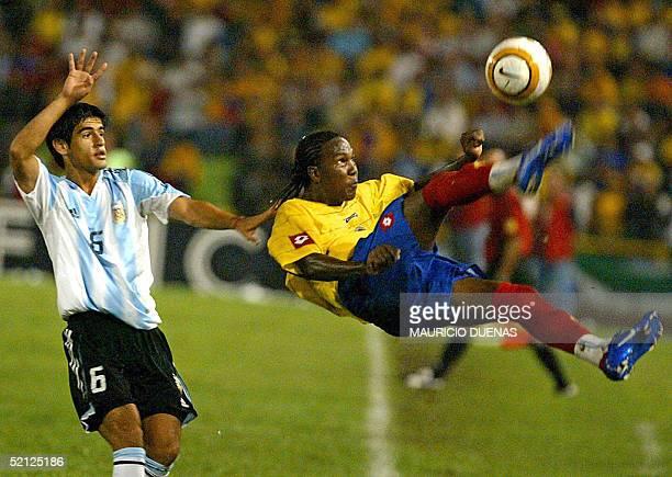 Hugo Rodallega de Colombia realiza una chilena ante la marca de Julio Barroso de Argentina durante el partido jugado en Armenia el 2 de febrero de...