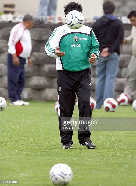 Hugo Sanchez entrenador de la seleccion mexicana de futbol durante una sesion de entrenamiento en la ciudad de Mexico el 28 de mayo de 2007 Mexico se...
