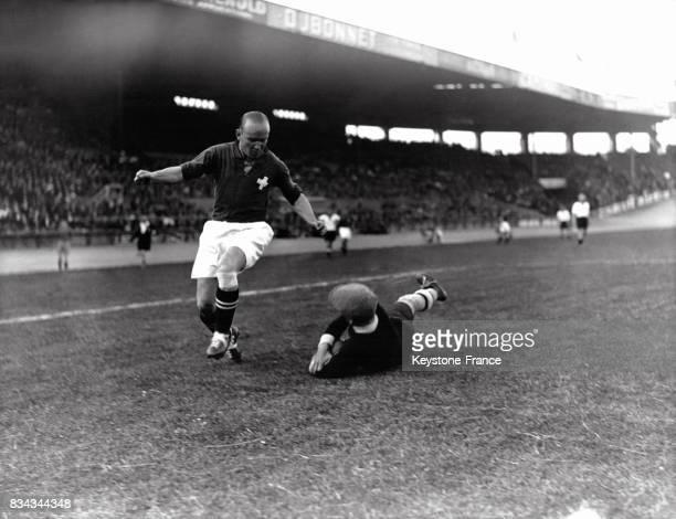 Huitièmes de finale plongeon du gardien de but allemand durant le match opposant l'Allemagne à la Suisse à Colombes France le 9 juin 1938