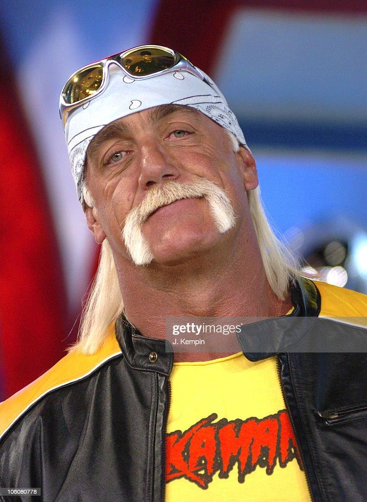 "Amanda Bynes, Hulk Hogan and James Blunt Visit MTV's ""TRL"" - March 15, 2006"