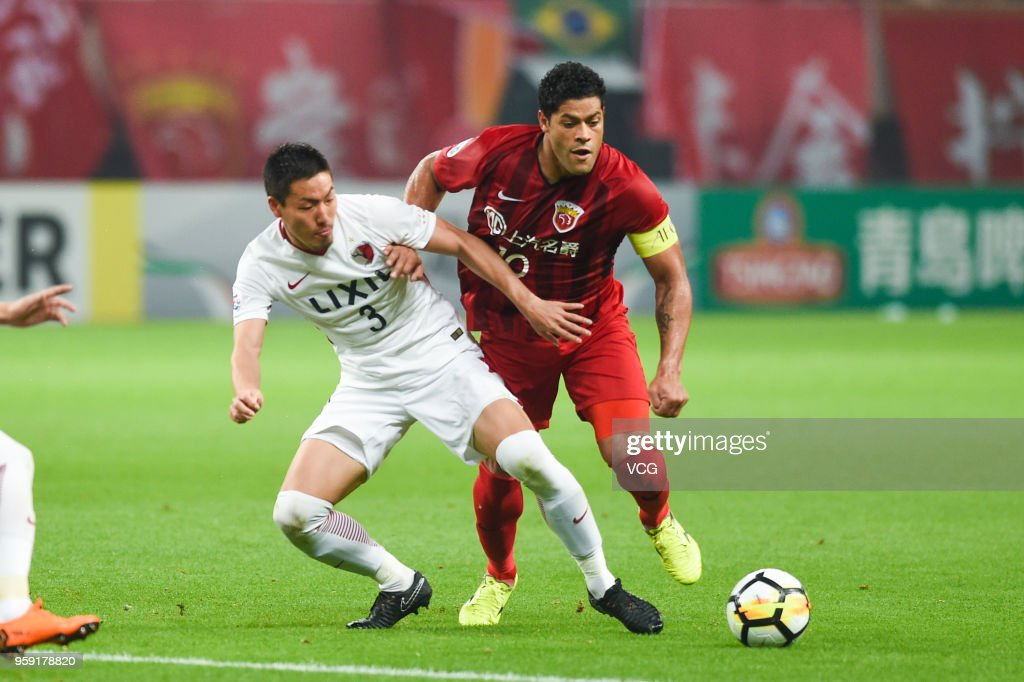 Hulk #10 of Shanghai SIPG and Gen Shoji #3 of Kashima Antlers compete for the ball during the AFC Champions League Round of 16 second leg match between Shanghai SIPG and Kashima Antlers at Shanghai Stadium on May 16, 2018 in Shanghai, China.