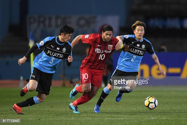 Hulk of Shanghai SIPG cmpetes for the ball against Shogo Taniguchi and Kyohei Noborizato of Kawasaki Frontale during the AFC Champions League Group F...