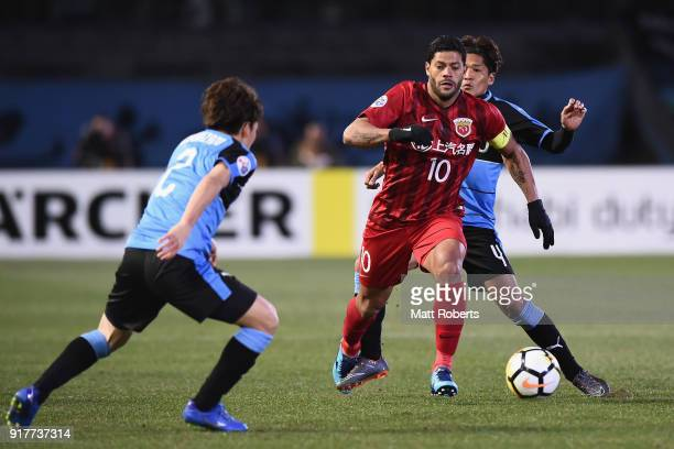 Hulk of Shanghai SIPG competes for the ball against Yoshito Okubo of Kawasaki Frontale during the AFC Champions League Group F match between Kawasaki...