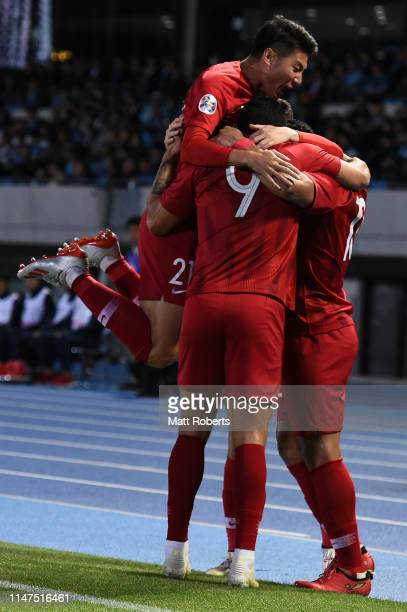 Hulk of Shanghai SIPG FC celebrates scoring a goal with team mates during the AFC Champions League Group H match between Kawasaki Frontale and...