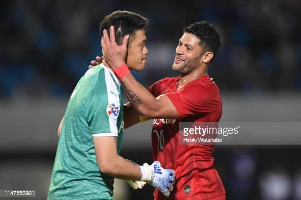 Hulk of Shanghai SIPG greets Jung Sungryong of Kawasaki Frontale during the AFC Champions League Group H match between Kawasaki Frontale and Shanghai...