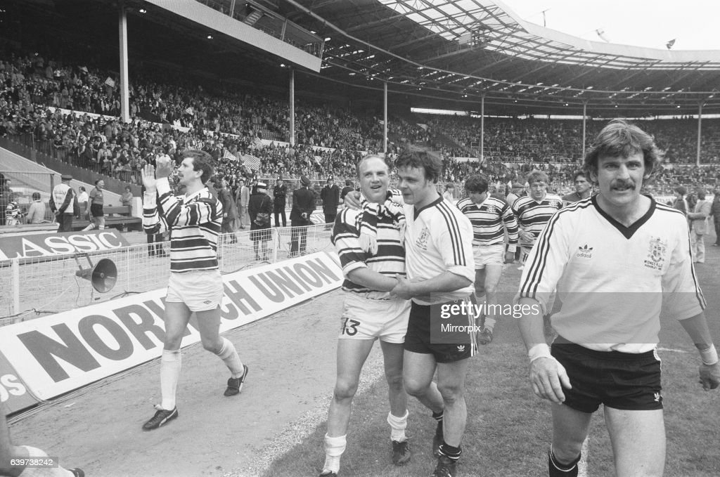 Hull and Widnes players complete a lap of honour at the end of the Rugby League Cup Final at Wembley following their 14 - 14 draw : News Photo