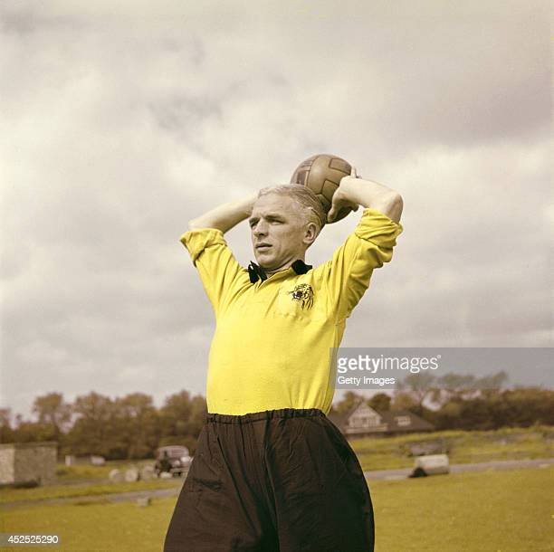 Hull City player Raich Carter in action circa 1952 Carter played insideforward for Sunderland Derby County and England before going on to manage Hull...