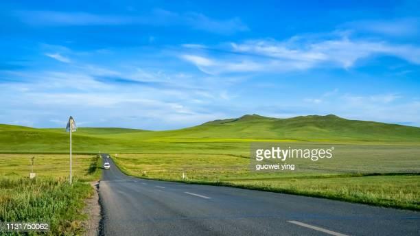 hulun buir grassland and highway - 目的地 fotografías e imágenes de stock