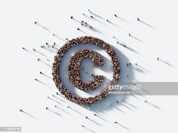 白人背景に著作権シンボルを形成する人間の群衆 : 特許と著作権の概念 - 知的財産 ストックフォトと画像