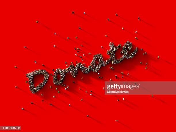 赤い背景にテキストを寄付する人間の群衆 - クラウドソーシング ストックフォトと画像