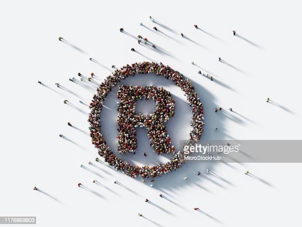 白人背景に登録商標シンボルを形成する人間の群衆 : 特許と著作権の概念 - 知的財産 ストックフォトと画像
