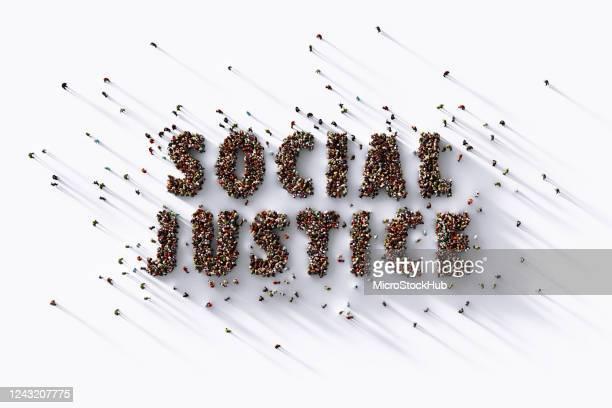 menselijke menigte die sociale rechtvaardigheid op witte achtergrond schrijft - sociale rechtvaardigheid stockfoto's en -beelden
