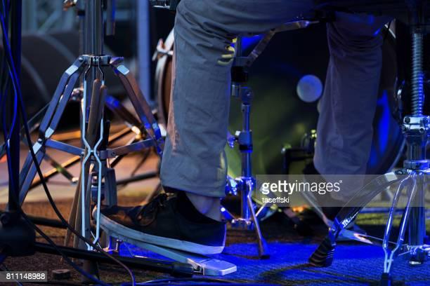 Homme pied sur la pédale de grosse caisse