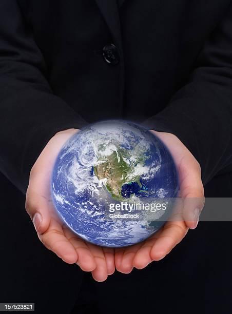 Menschliche hand hält eine Globus