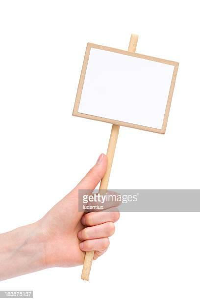 Mano humana sosteniendo en blanco cartel