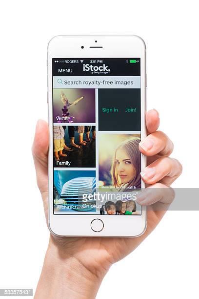 main de l'homme tenant l'iphone 6 plus avec istock inscription isolé - istock photos et images de collection